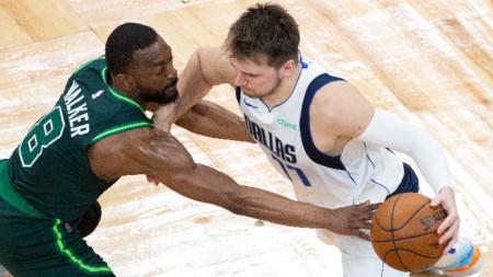 Лука Дончич пази топката от баскетболиста на Бостън Кемба Уокър.