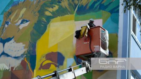 """Световно известният художник  Насимо - Станислав Трифонов, почти завършва работатга по стенописа върху фасадата на НУ """"Васил Левски"""" във варненския кв. Аспарухово."""