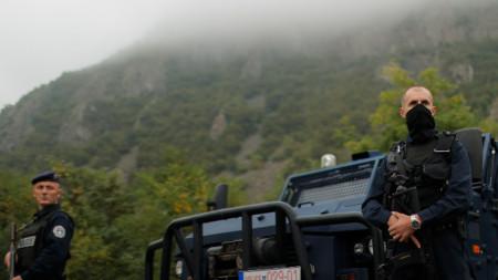 Спецчасти на косовската полиция патрулират в района на граничния пункт между Косово и Сърбия в Ярине, 28 септември 2021 г.