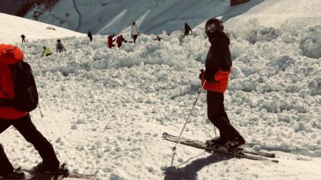 Снимка на швейцарска журналистка показва последиците след падналата лавина.