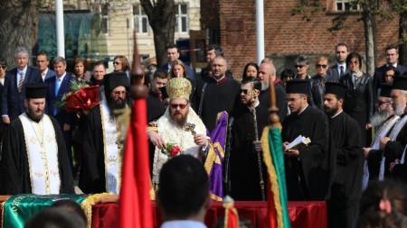 """На пл. """"Свети Александър Невски"""" се проведе тържествена церемония по освещаване и връчване на знамена на столични училища."""