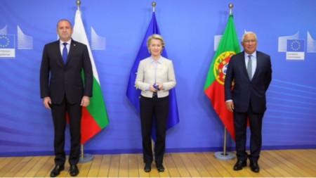 Rumen Radev (L), Ursula von der Leyen (C) and António Costa (R)