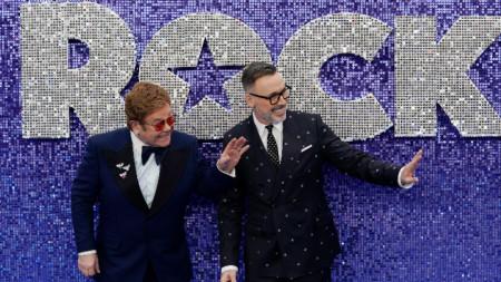 Елтън Джон (вляво) със съпруга си Дейвид Фърниш по време на представянето на филма