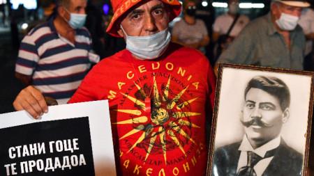 """Мъж държи снимка на Гоце Делчев и плакат с надпис """"Стани Гоце, продадоха те"""" по време на антиправителствен протест в Скопие - 15 септември 2020 г."""