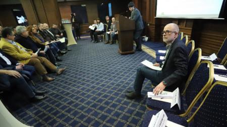 """Проф. Олег Асенов, член на УС на АПИ, участва в среща-дискусия на тема """"Предизвикателствата при въвеждането и експлоатацията на тол системата в България""""."""