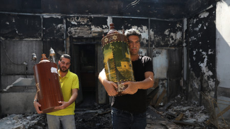 Жители на Лод напускат опожарена синагога.