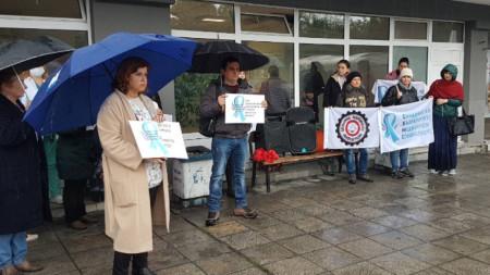 Медицински сестри изязоха на протест пред Хирургическия корпус на УМБАЛ Бургас с настояване за по-високи заплати.