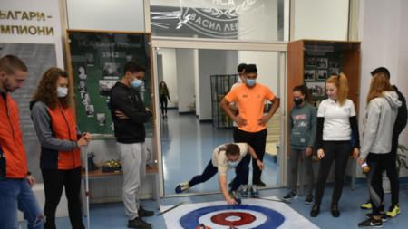 Български и чуждестранни студенти играха кърлинг в НСА