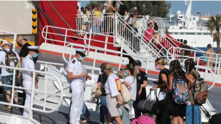 Предупреждението на българските здравни власти идва в пика на туристическия сезон в Гърция.