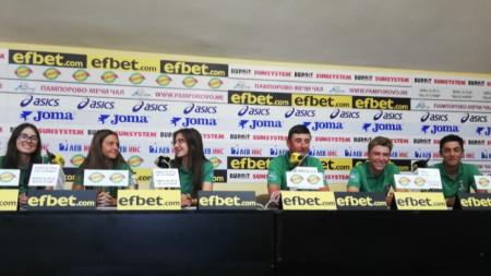 Участниците в пресконференцията (от ляво-надясно): Магдалена Борисова, Виктория Георгиева, Виктория Пеловска, Станко Маринов, Кристиян Цветков и Денис Стайков.