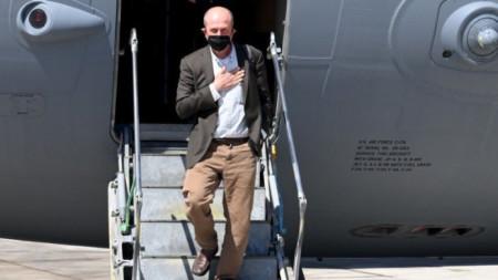 Хади Амр слиза от самолет на американските ВВС в Тел Авив.