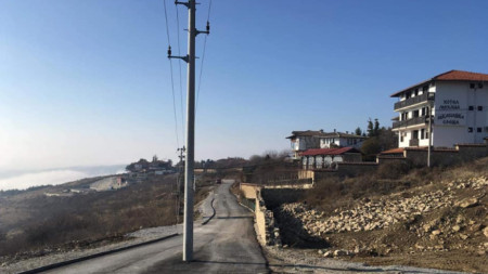 Електрическият стълб от мрежата за ниско напрежение на изграждания обходен път на архитектурния резерват Арбанаси.