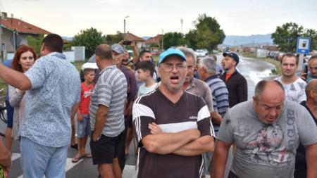 Хора, които отглеждат домашни прасета, и собственици на малки ферми блокираха главния път Сливен - Ямбол.
