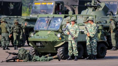 Венецуелски войници на започналите учения по границата с Колумбия.