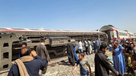 Преобърнат вагон на мястото на влакова катастрофа в провинция Сохаг, Египет, 26 март 2021 г.