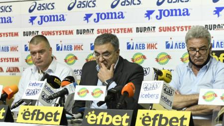 Георги Аврамчев (в средата) смята, че федерацията е жертва на саботаж.