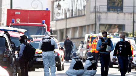 Полицейска служителка загина при нападение от въоръжен мъж във френския град Рамбойе