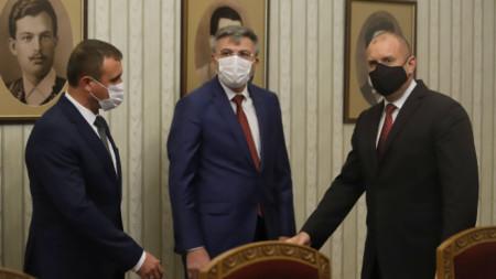 Мустафа Карадайъ  (в средата) и Румен Радев (вдясно)