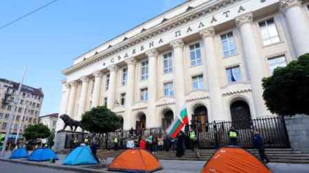 Палатки пред Съдебната палата в София бяха разположени тази седмица в знак на протест.