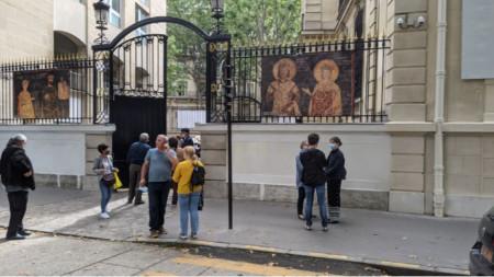 Paris'te seçim günü sakin başladı, büyükelçilik binası önünde kuyruklar oluşmadı ve makineli oy kullanımında sorun yaşanmadı.