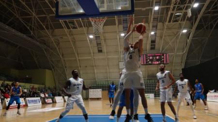 Отборът на Академик Бултекс продължава със силното си представяне в Балканската лига по баскетбол