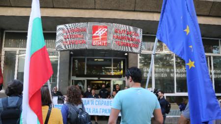 Godina e BNT-së e bllokuar nga protestuesit