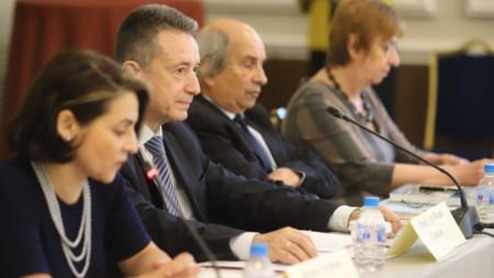 Участници в дискусията в София за 30- годишнината от приемането на Конституцията, след които бе и служебният правосъден министър Янаки Стоилов.