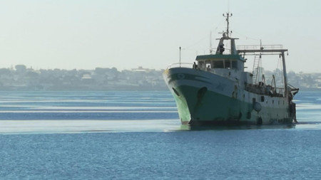 Снимката е илюстративна. Риболовно корабче в пристанище в Сицилия - май 2021 г.