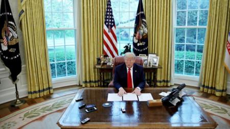 Президентът на САЩ Доналд Тръмп в Овалния кабинет на Белия дом по време на интервюто за Ройтерс.
