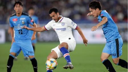 Педро от Челси пази топката между двама футболисти на Кавазаки.