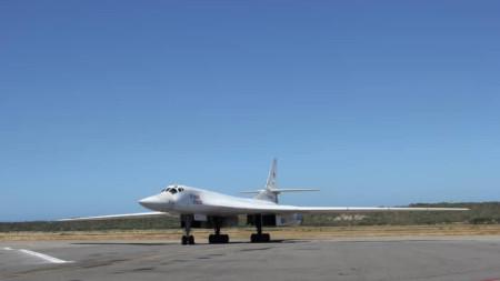 Един от стратегическите бомбардировачи Ту-160.