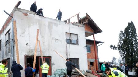 Ремонт на полуразрушена от земетресението в Хърватия къща в село, близо до Петриня, 4 януари 2021 г.