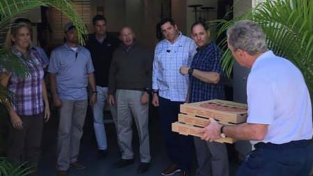 """Джордж Буш-младши носи пици за агенти от """"Сикрет сървис"""" във Флорида."""