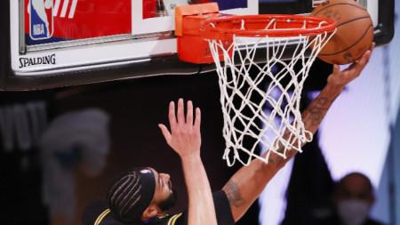 Антъни Дейвис поднася топката в коша на Денвър.