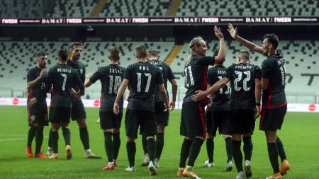 Домагой Вида (№21) се поздравява със съотборниците си след гола за 1:1.