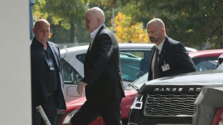"""Слави Трифонов при пристигането си на учредителното събрание на партия """"Няма такава държава""""."""