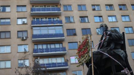 Паметник с маска в столицата на Чили Сантяго.