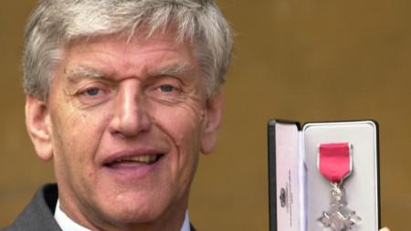 Дейв Проуз получава Орден на британската империя през 2000 г.