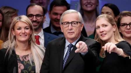 Жан-Клод Юнкер с говорителката на ЕК Мина Андреева (вляво) и заместничката ѝ Наташа Берто.