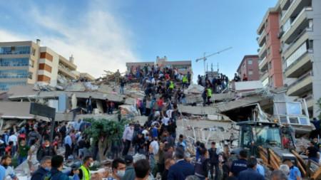 Срутена сграда в град Измир след силното земетресение