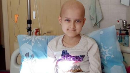 7-годишната Михаела от Димитровград набира средства за своето лечение