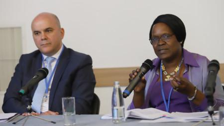 Министър Бисер Петков и д-р Джейн Муита представител на УНИЦЕФ в България дадоха пресконференция след участието си в регионалната конференция за превенция и борба с насилието над деца.