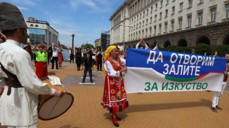"""На 24 май по лозунга """"Да отворим залите за изкуство"""" собственици на танцови зали излязоха на протест пред Министерския съвет."""
