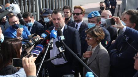 Матео Салвини, придружен от адвокатката си, говори пред журналисти след старта на делото срещу него.