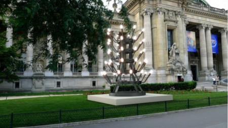 Монументалната скулптура на Стефан Николаев пред входа на Гран Пале