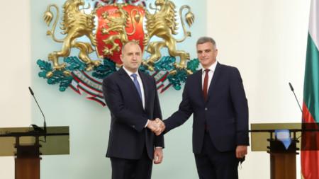 Presidenti Rumen Radev (majtas) me Kryeministrin e ri Stefan Janev