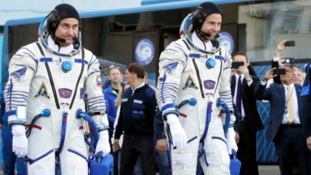 Космонавтите Алексей Овчинин и Ник Хейг са се приземили успешно в Казахстан