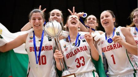 Българките ликуват с купата и медалите.