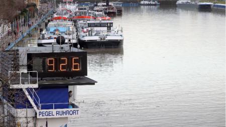 Участък на река Рейн в Дуисбург, Германия, 4 февруари 2021 г, показано е високото ниво на водата от 9,26 метра.