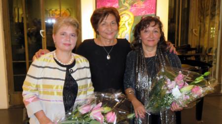 """Директорът на """"Дом Витгенщайн"""" доц. д-р Румяна Конева (в средата) с поетесите Анжела Димчева (вляво) и Катя Кремзер."""